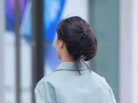 格子裙搭配衬衫,干净又利落,职场女性穿搭