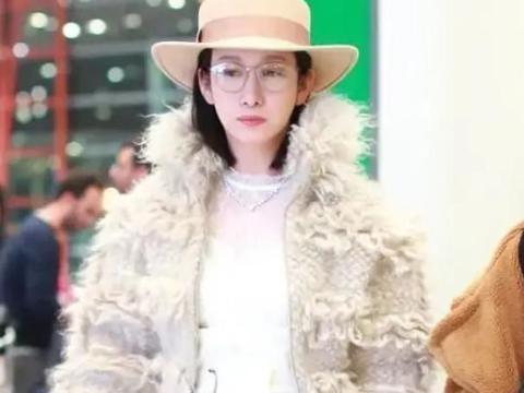 秦海璐穿衣太别致,毛茸茸外套内搭一身白,减龄又大气
