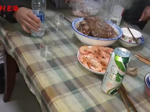 卷一袋旱烟等着二哥做的八爪鱼炖肉,大对虾摆盘待客的规格,开造