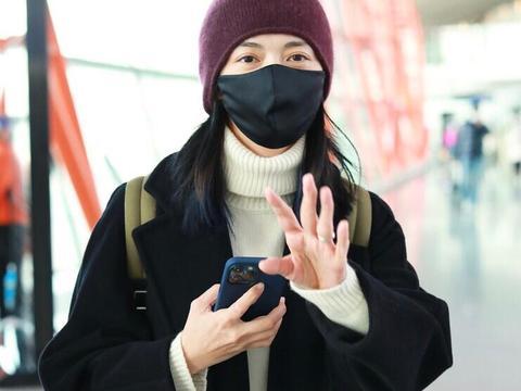 姚晨的高级感太难忽略,黑色大衣配白色毛衣高级精致,气场全开