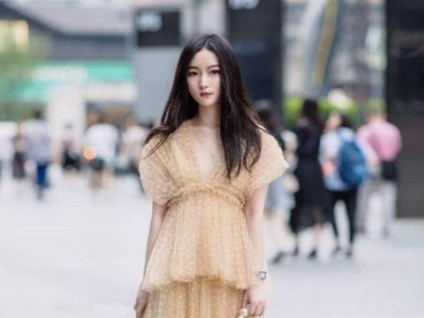 连衣裙的搭配轻盈柔美大方,让美女看上去格外的有魅力