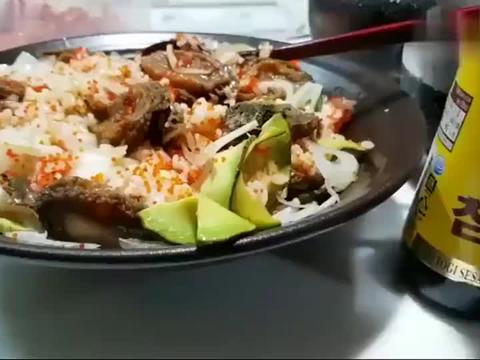 韩国吃播大叔吃鲍鱼、米饭、辣白菜,看看这吃相,真的太香了