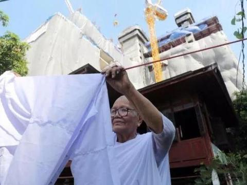 坚守小木屋15年,获赔3亿拆迁款,泰国80岁老人逆袭成亿万富翁
