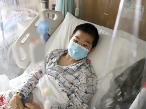 11岁儿子患极重型血液病,为筹钱父亲工地抢活干:最怕他等不及