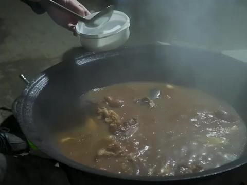 """阿远买了10斤猪大骨,大晚上做""""酱大骨""""吃,啃大骨就蒜苗真得劲"""