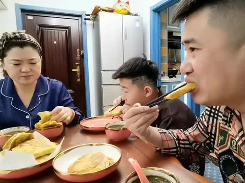2021北京首场降雪怀柔飘下,围着砂锅喝鱼汤,吃着馒头片美!