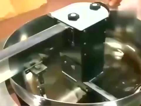 小伙偷学了蛋炒饭,回国后自己开店,还研制出了炒饭机器