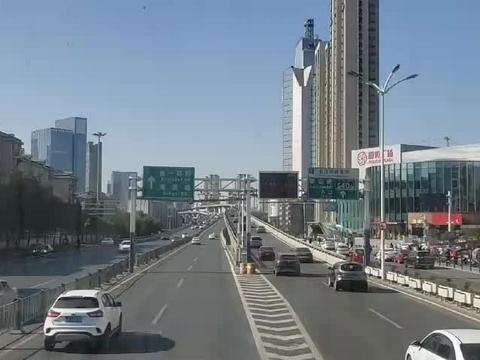 21路双层公交车穿过五里墩立交桥,行驶在合肥市西一环路上