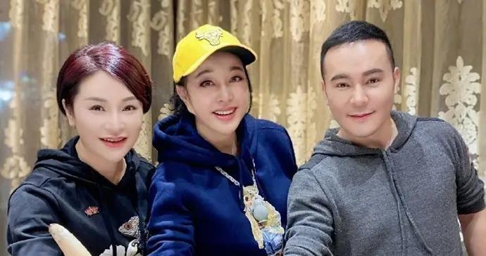 刘晓庆参加毛戈平家宴,戴小黄帽站C位,毛戈平夫妻穿情侣卫衣