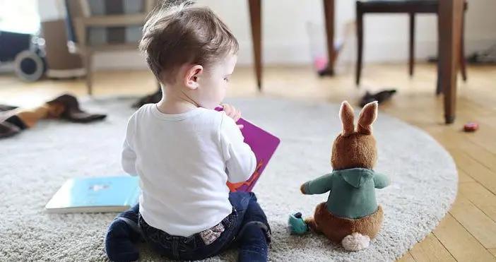 儿童常见的五种错误坐姿,易伤脊柱,又会加重近视