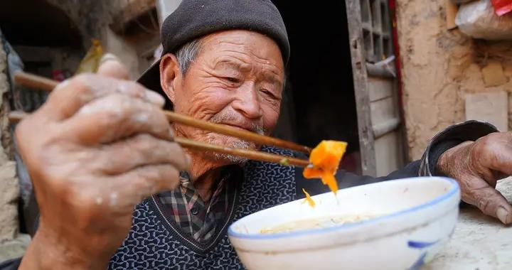 """河南农村7旬大叔吃饭的大钵碗,网友说是""""元青花"""",看看啥样"""
