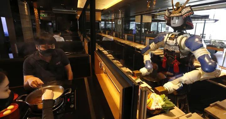 泰国首家机器人餐厅 近距离体验智能化服务顾客暴增