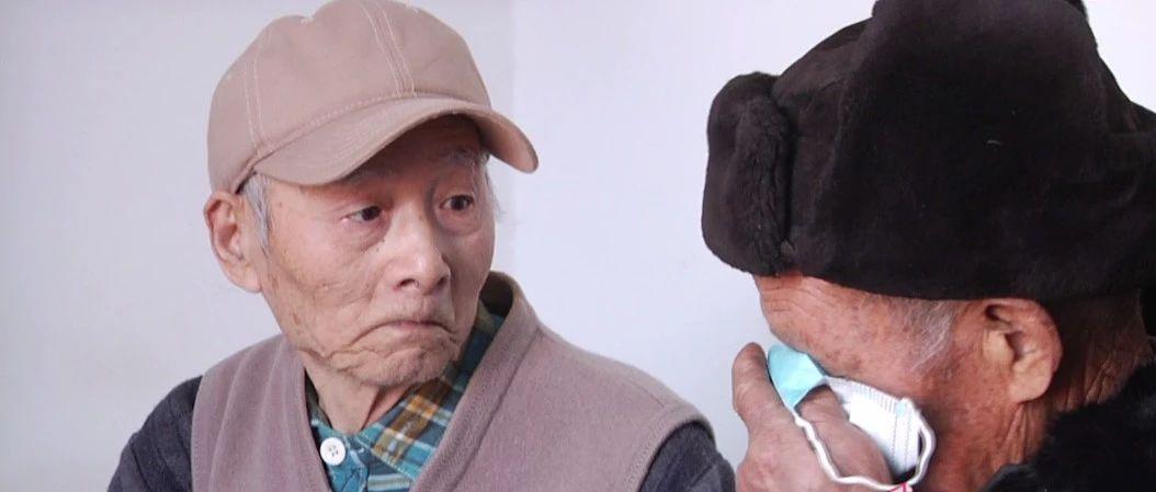 """82岁老兵跨城寻人终相见, 一句""""战友""""泪满面!"""