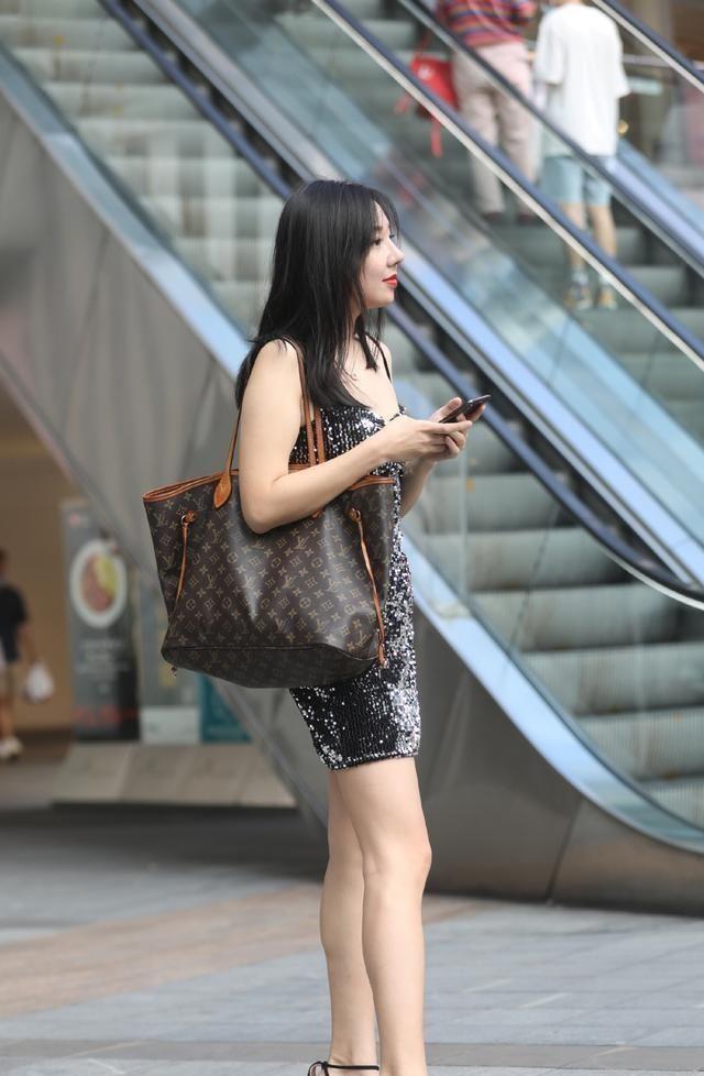 连衣裙的打扮显瘦更立体,遮挡腿型更显女人味,带来风情万种