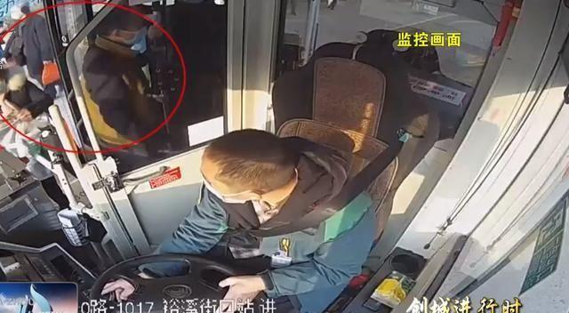 """乘客突发脑梗!达州10路公交车瞬间化身""""救护车""""与时间赛跑!"""