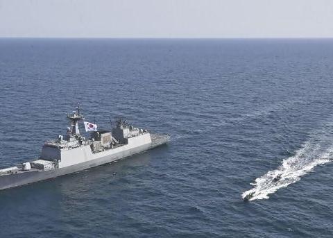 韩国船只被伊朗扣押,不料在霍尔木兹海峡开火,美军航母赶来增援