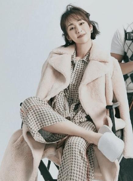 """杨紫穿睡裤拍照,跷二郎腿一瞬""""腿围""""亮了,这说120斤谁还不信?"""