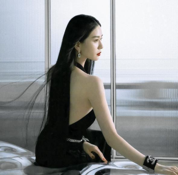 """刘诗诗终于大胆一次,穿吊带裙""""肩胛骨形状""""亮了,这谁不羡慕?"""
