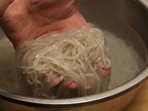 炒粉丝时,切记不要焯水后直接炒,多加2步,粉条不坨不粘更入味