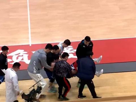 周琦被孙思尧坐伤小腿,老球迷一看就懂,这动作太坏了