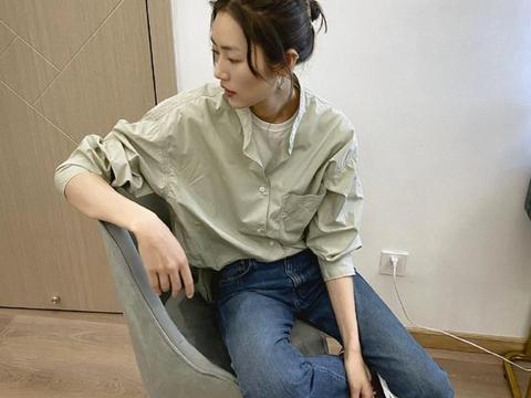 刘雯不愧是超模,平价款的优衣库、无印良品叠穿,简约清爽又高级
