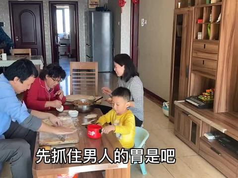 孙媳用金针菇这样包饺子,快百岁的老太爷最爱吃,全家看着都高兴