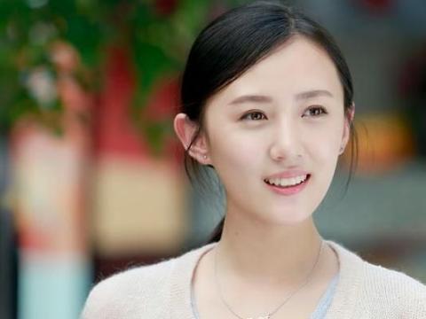 公公是张丰毅,婆婆是吕丽萍,出道五年不温不火,却被靳东带火