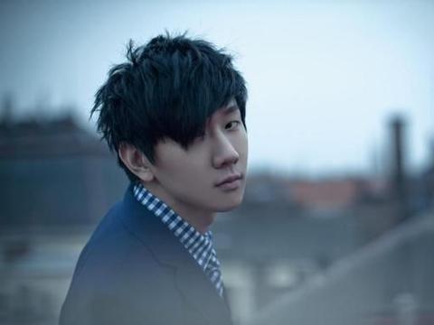 网络疯传林俊杰结婚影片,一好友歌手到场祝福,观众傻眼了:真像