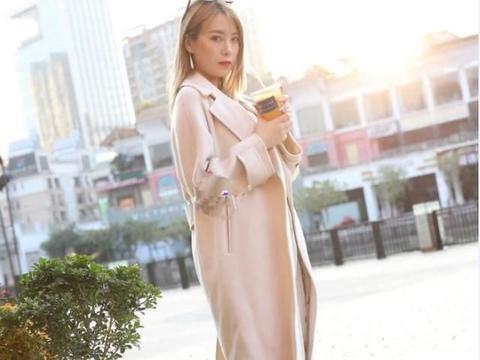 小姐姐一身粉色纱裙,营造出轻盈灵动的效果,弱化了年龄