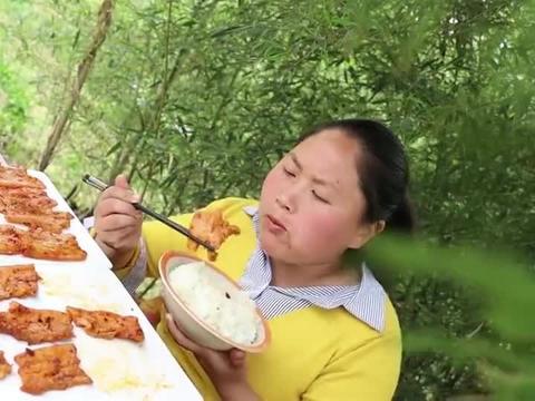 胖妹做的粉蒸肉肥而不腻,一口咬下去也太馋人了,吃真是过瘾