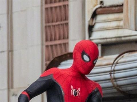 《蜘蛛侠3》片场照曝光,荷兰弟身穿黑红战服回归