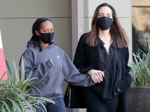 安吉丽娜朱莉母女出街美翻!16岁黑人养女气场强,扎脏辫变胖一圈