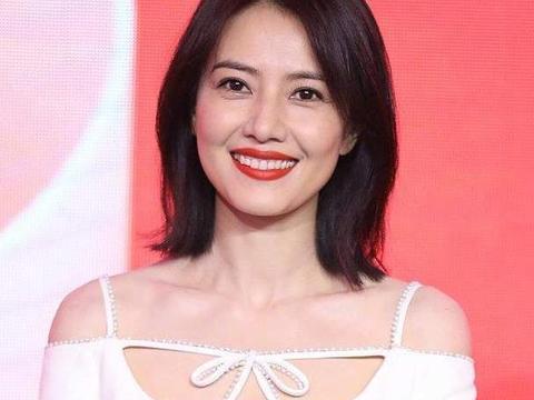 高圆圆生图颜值真惊艳,穿白色紧身裙秀身段,笑起来真让人心动