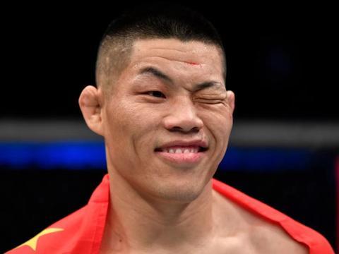 李景亮一拳KO打脸外国拳迷,张伟丽发声支持,喷子们自吞键盘