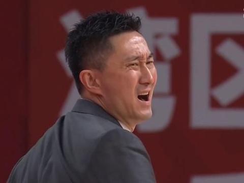 广东惨遭被倒数第三压制,杜锋灵魂拷问胡明轩,朱芳雨淡定玩手机