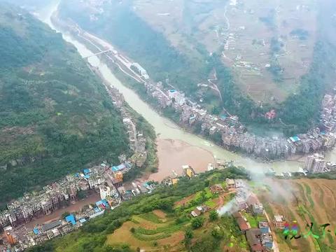 一个建在峡谷里的乡镇,云南普洱镇,这里找个停车的地方都困难