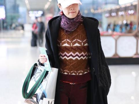 马伊琍真的太瘦了,穿红色修身绒裤都是皱褶,挡不起宽松大衣