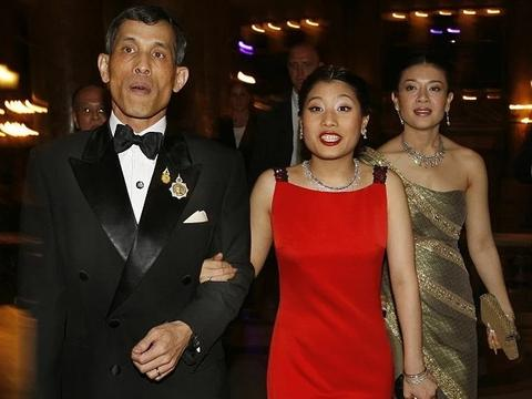 穿红裙挽着泰王超嘚瑟,西拉米被挤在后面真委屈