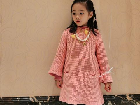 杨威双胞胎女儿越长越不像,同穿毛衫裙戴皇冠,一个像爸一个像妈