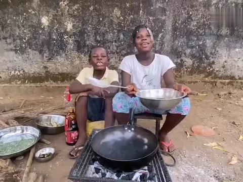 实拍非洲小孩做红烧鱼,又可以解馋了,这是做大厨的潜质