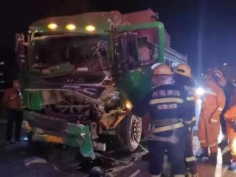 货车追尾致一人被困,信阳消防紧急救援!