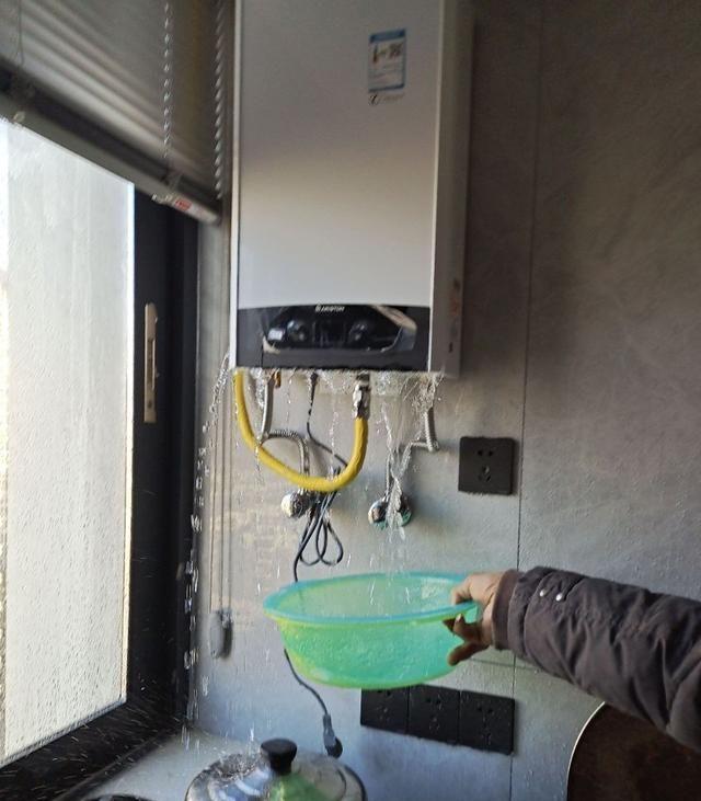 杭州:男子花5200元购买燃气热水器,家里却被水淹了,商家:天灾