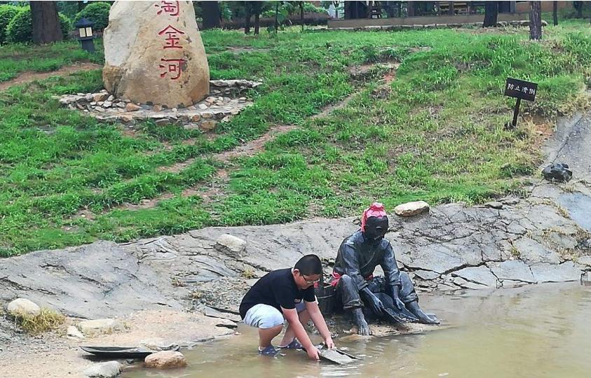 中国有意思的景区,每月往河里倒20万黄金,游客可以随便捡