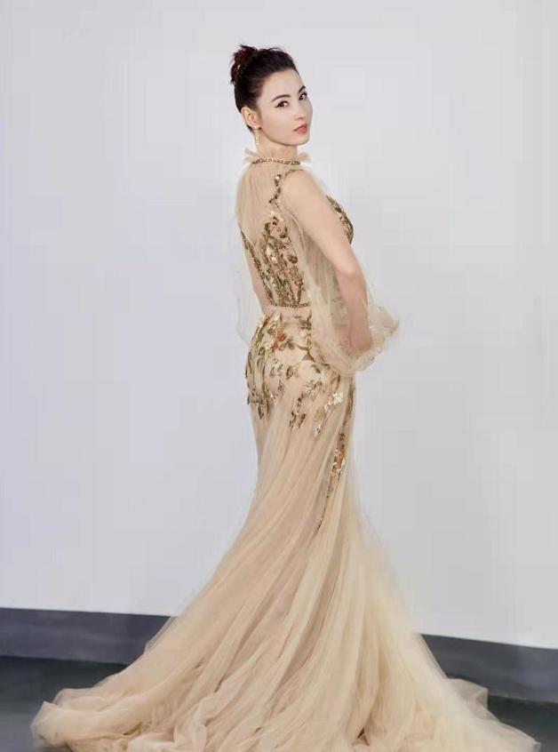 张柏芝穿金色露肩网纱裙,画着英气温柔并存妆,展现优雅气质