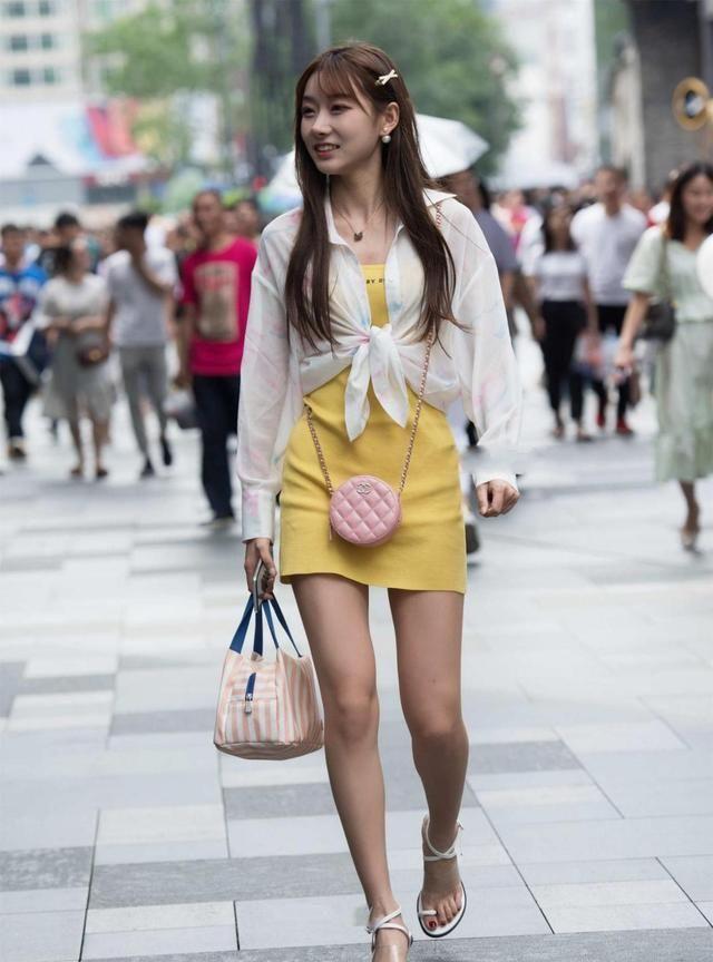 白色轻薄外套,质感轻盈,搭配黄色连衣裙子清新时尚