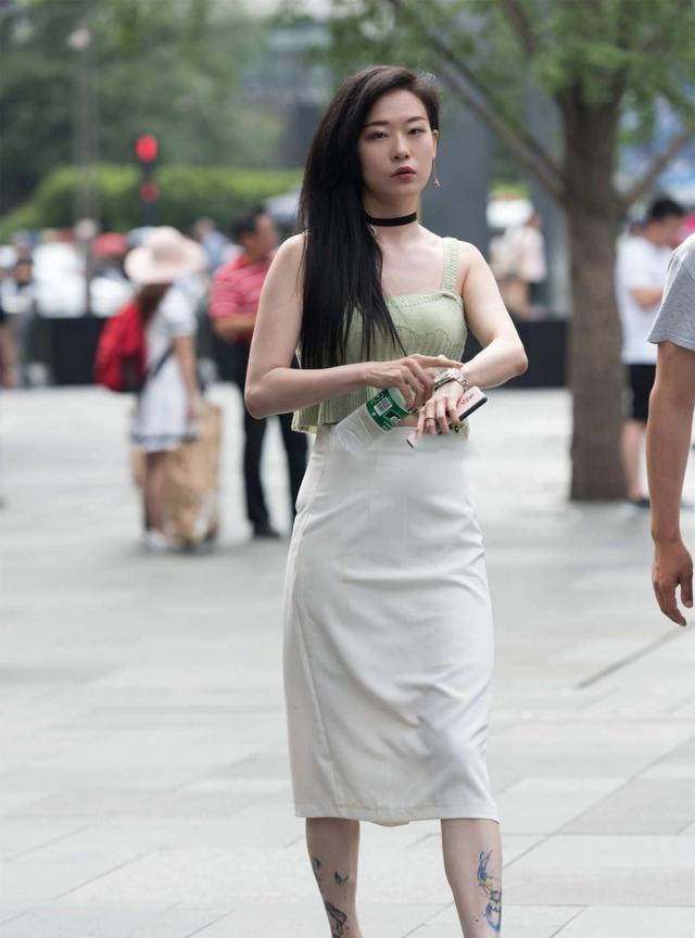 淡青色针织背心,柔软舒适,搭配灰色长裙子,高腰设计显腿长