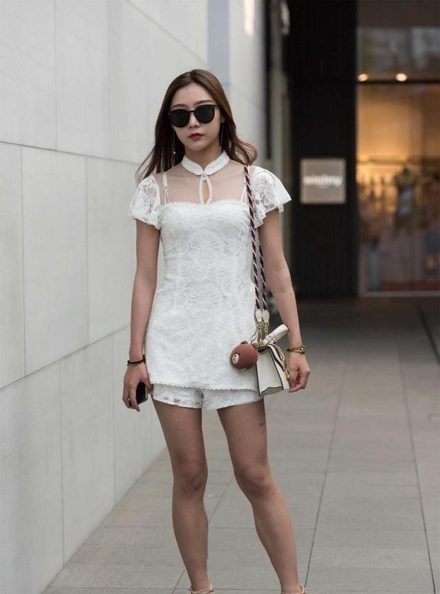 纯白色套装,领口时尚网纱设计,显青春时尚感