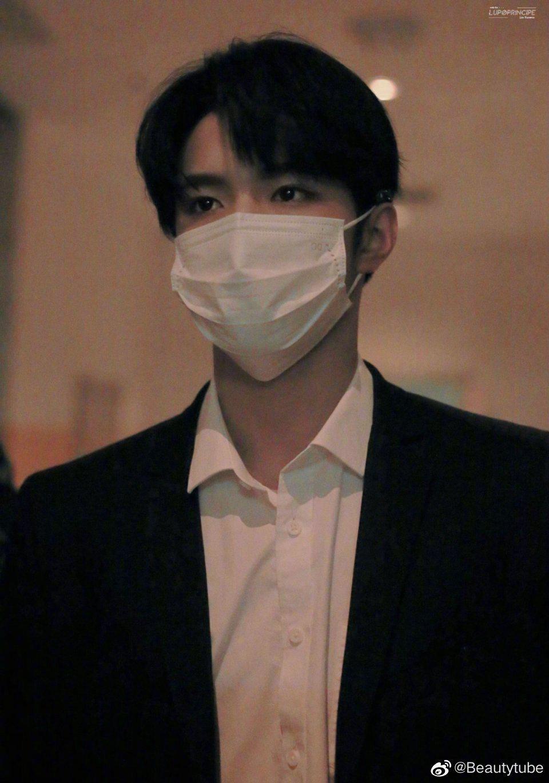 刘耀文百变大咖秀上班饭拍,黑色西装,单手插兜,好绝一男的!……