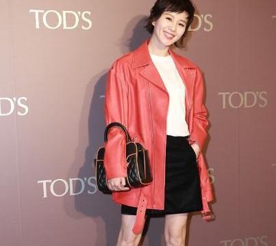 刘诗诗短发造型真耐看,配红色皮衣帅气又潇洒,可肌肉腿有些抢镜