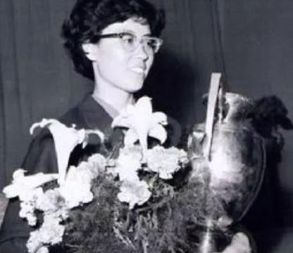 她是中国女乒第一位世界冠军,一生多姿多彩,如今85岁开有公司